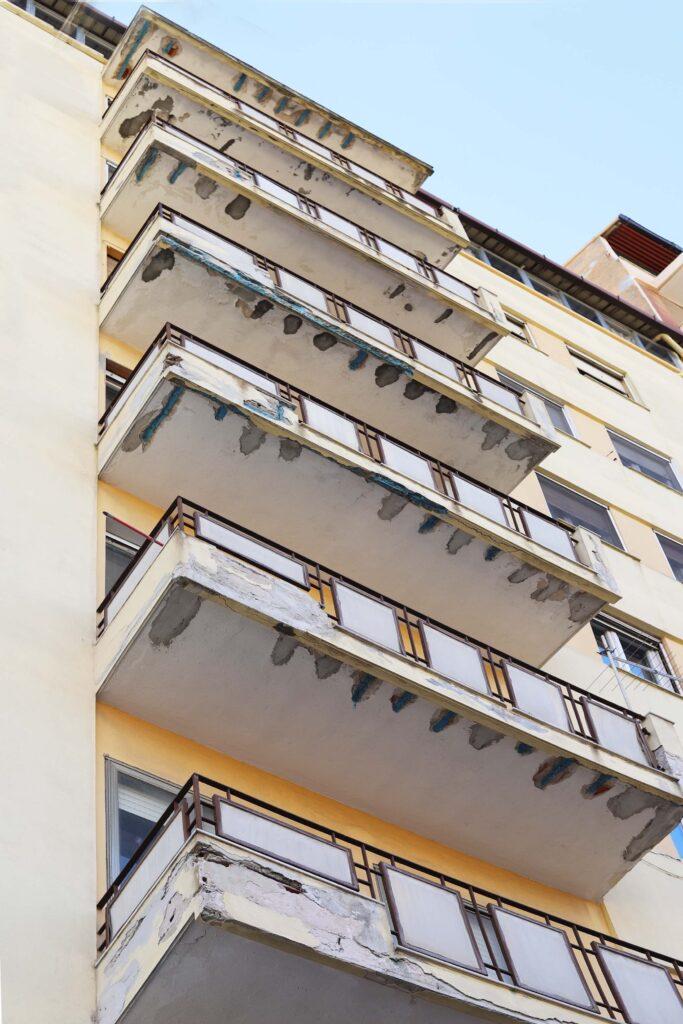 Immagine di una facciata interessata da degrado dei balconi