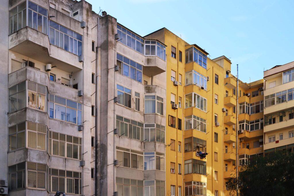 Condominio interessato da degrado della facciata