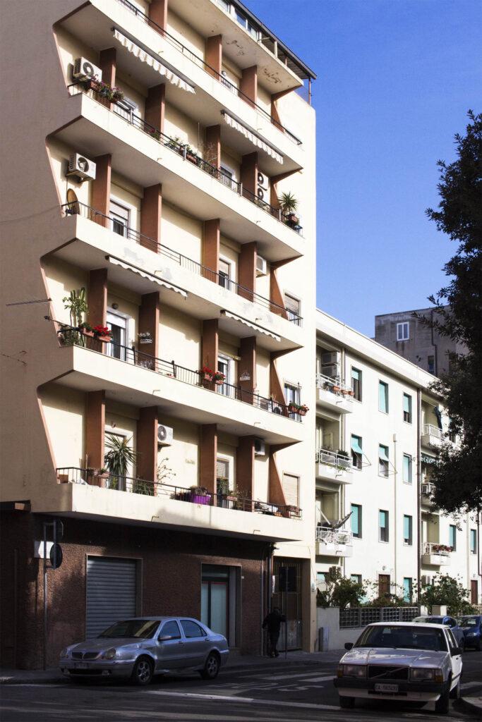 Una facciata di condominio a Cagliari