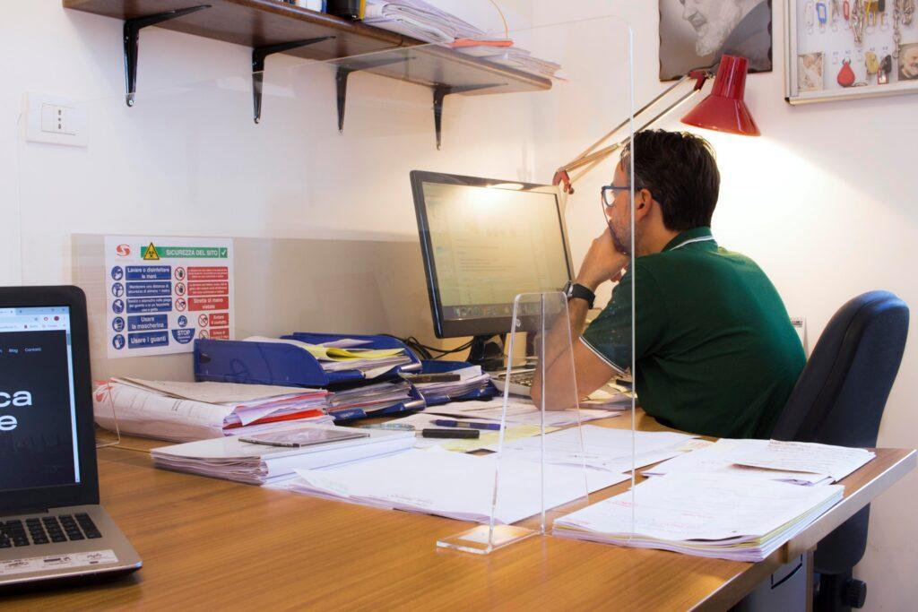 Geometra che studia un nuovo progetto per urbana Costruzioni